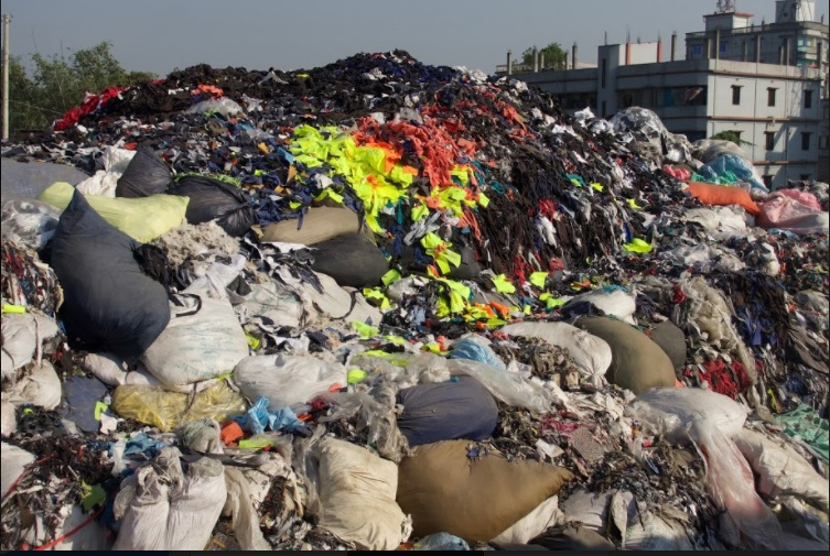 Image: Photo of an official dumping site of 14 factories next to an Export